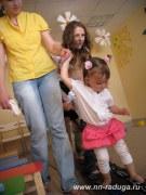 Малыши проходят эстафеты вместе с мамами