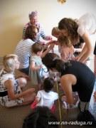 Малыши вешают платочки на верёвочку