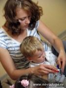 Заботливая мама помогает своему малышу