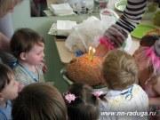 Задуваем свечи на праздничном торте