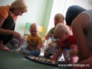 Мамы тоже помогают малышам